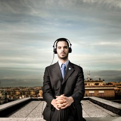 giulio-maresca-dj-elettronica-musica-ied-init-ipologiaca-etichetta-cuffie-ascoltare-terrazza-ritratto-roma-palazzi